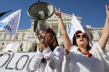 Professores em protesto junto à Assembleia da República