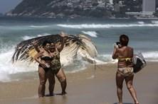 Cadáver de baleia-corcunda dá à costa na praia de Ipanema