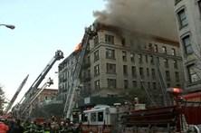 Mais de 170 bombeiros combatem fogo em bairro de luxo em nova Iorque