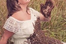 Grávida que fez sessão fotográfica com 20 mil abelhas perde bebé