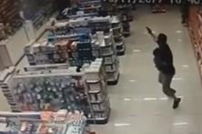 Polícia com filho ao colo mata assaltantes a tiro
