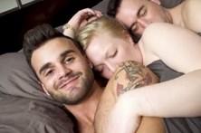 Casal gay relaciona-se com mulher para