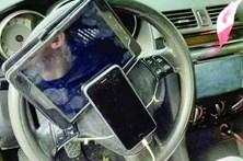 Conduz com telemóvel e tablet no volante