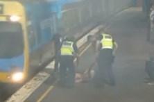 Vídeo mostra mulher a ser salva em linha de comboio