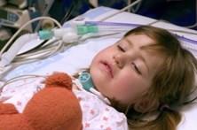 Criança com doença rara proibida de dormir