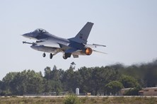 Avião F-16 quebra barreira do som e causa susto na zona de Leiria