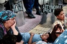 Polícias gregos combatem imigração ilegal nos aeroportos alemães