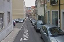 Aluimento do piso obriga a corte do trânsito em rua de Lisboa