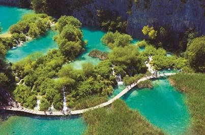 Perca-se no azul cristalino de Plitvice