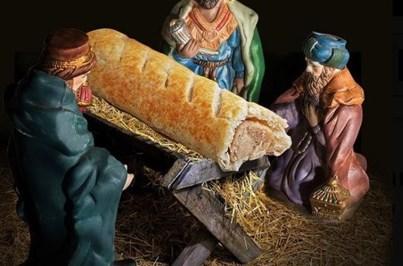 Calendário substitui imagem de menino Jesus por folhado de salsicha