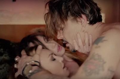 Johnny Depp faz sexo com duas mulheres