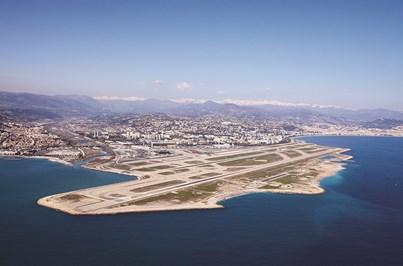 Avião da Portugália descola fora da pista