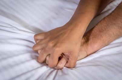 Obriga prima a fazer sexo depois de a apanhar na cama com o pai
