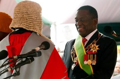 Emmerson Mnangagwa presta juramento como presidente provisório do Zimbabué