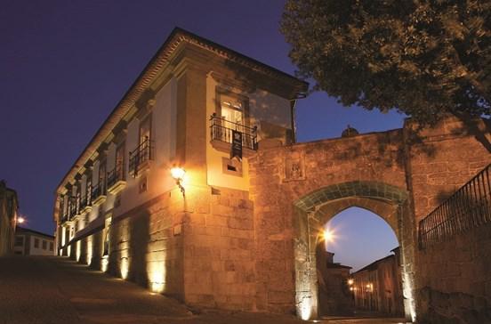 Pela muralha do Hotel Palácio dos Melos