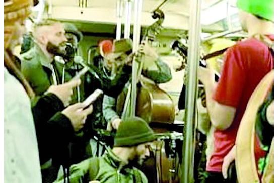 Banda surpreende passageiros no metro de Nova Iorque