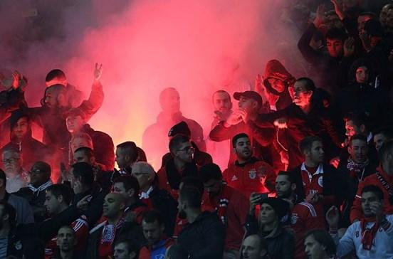 UEFA iliba Benfica pela utilização de tochas em jogo com o Manchester United