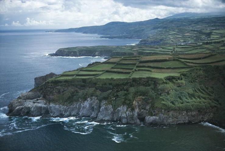 Chuva, trovoada e vento prolongam aviso amarelo em sete ilhas dos Açores