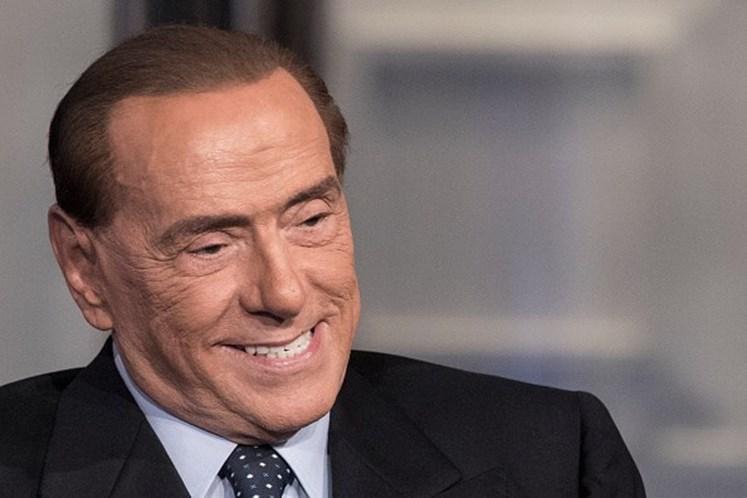 Ativista seminua protesta durante voto de Berlusconi — Vídeo