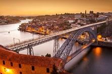 Instabilidade em escarpa provoca corte de trânsito na marginal do Porto