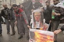 Protestos e bandeiras queimadas após decisão de Trump