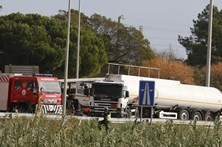 Acidente com camião de combustível corta A1 no nó do Carregado