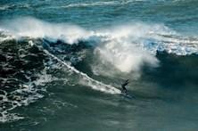 Surfistas em ação nas ondas da Nazaré