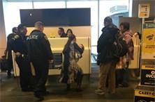 Mulher expulsa de avião por amamentar filho