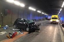 Colisão entre carro e camião faz dois mortos em túnel na Suíça