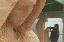 Presépio de madeira feito com motosserras