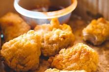 Obcecada por frango frito recebe bolo de nuggets no aniversário
