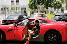 Alan Ruiz aparece em Ferrari vermelho após polémica