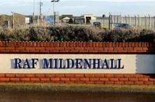 Carro força entrada em base aérea norte-americana no Reino Unido