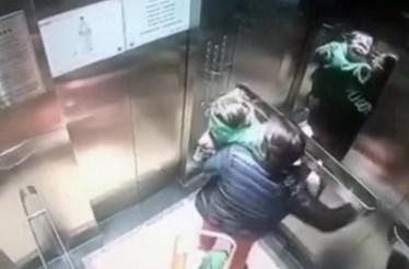 Ama espanca bebé dentro de elevador