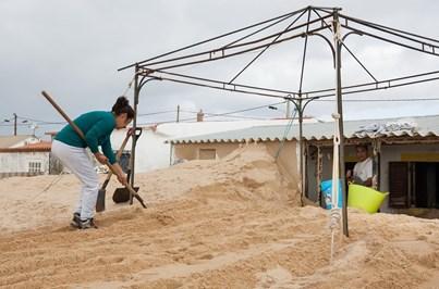 Residentes querem recolocação da areia na praia de Faro