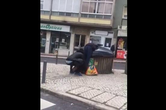 Jovem empurra sem-abrigo para contentor do lixo