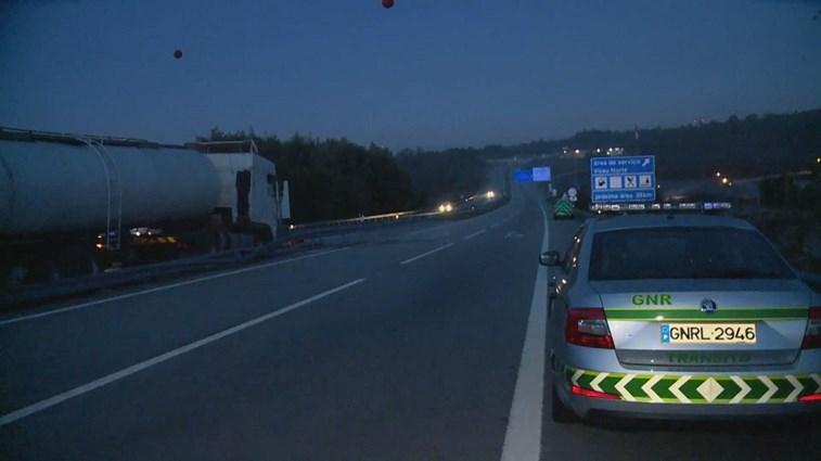 Um morto e um ferido grave em acidente com camião na A24