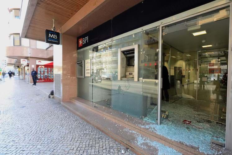 Assaltantes explodem multibanco em prédio de ministros