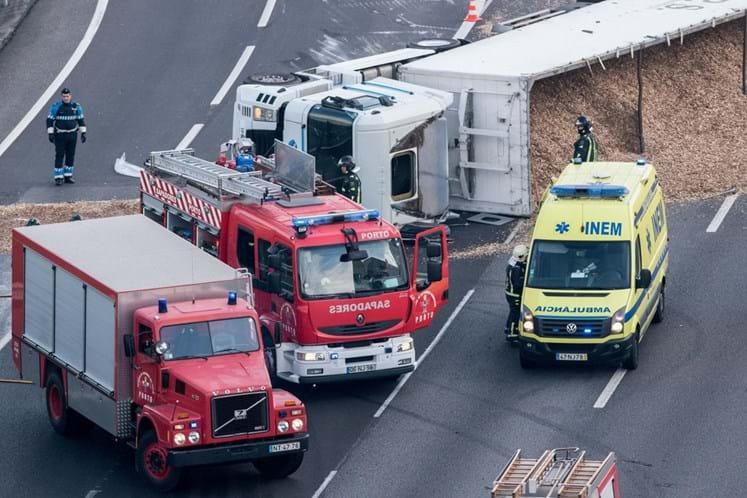 Camião tombado nó de Francos corta VCI no sentido Freixo-Arrábida
