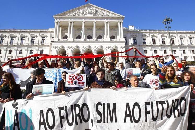 Hidrocarbonetos: Parlamento não trava prospeção, mas recomenda suspensão