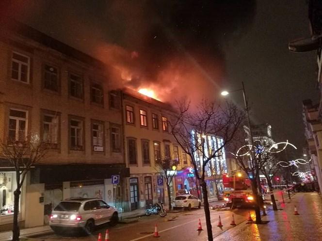 Incêndio destrói prédio junto ao Coliseu do Porto