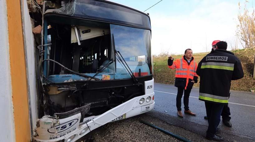 Colisão entre autocarro e camião faz 11 feridos na Trafaria