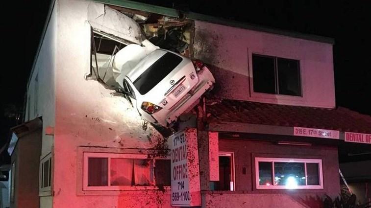 Carro fica 'cravado' em parede de andar superior de prédio