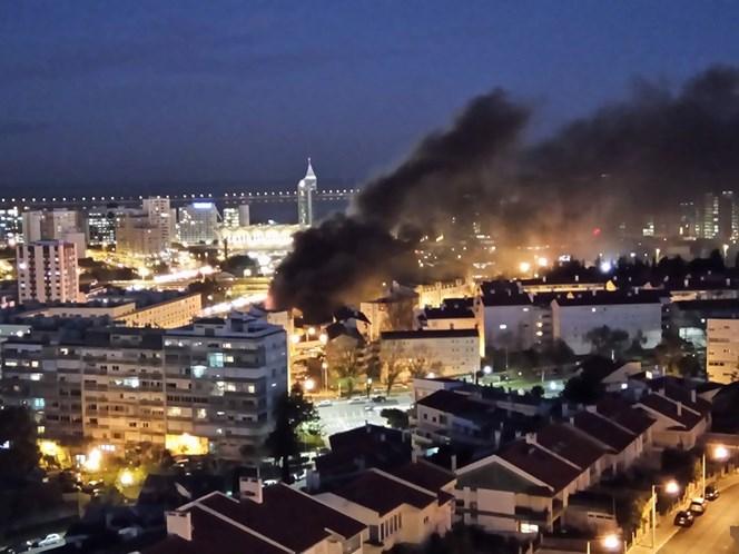 Incêndio de grandes dimensões perto da Gare do Oriente
