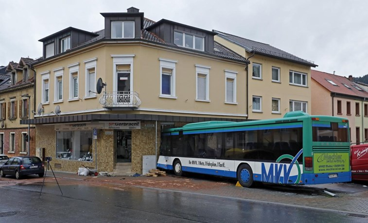 Autocarro escolar choca contra casa e faz dezenas de feridos
