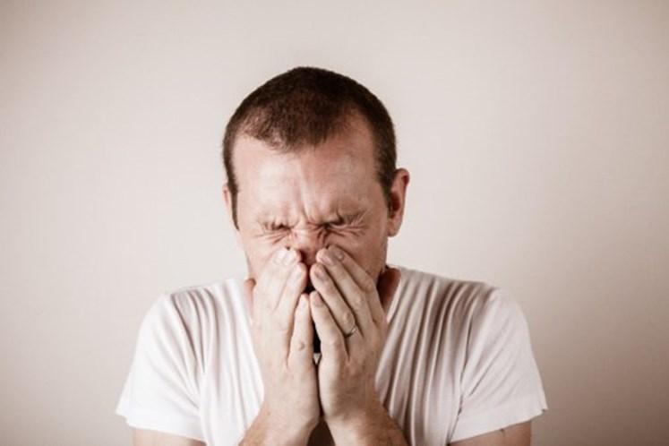 Homem rompe a garganta ao tentar prender espirro