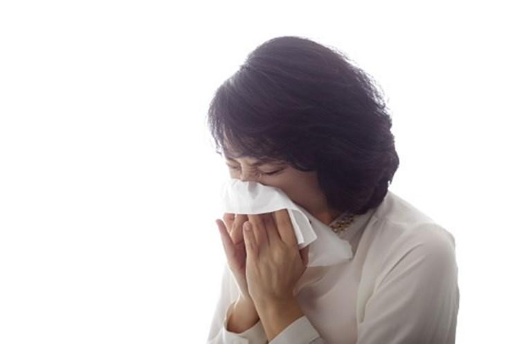 Faz rutura na garganta ao conter um espirro
