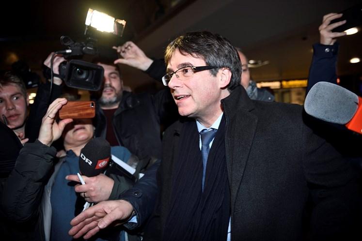 Puigdemont renuncia temporariamente à presidência e propõe Jordi Sanchez
