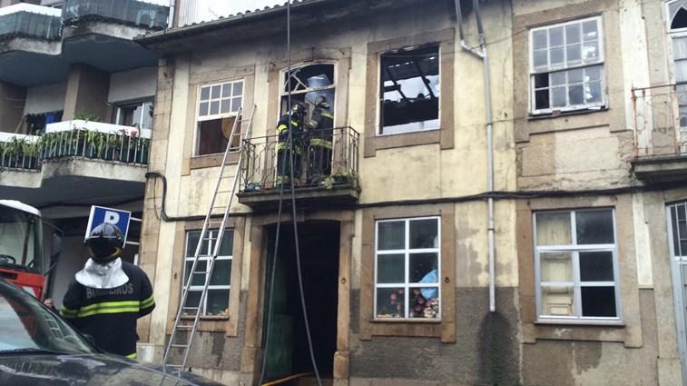 Idosa em estado grave após incêndio urbano no centro de Braga