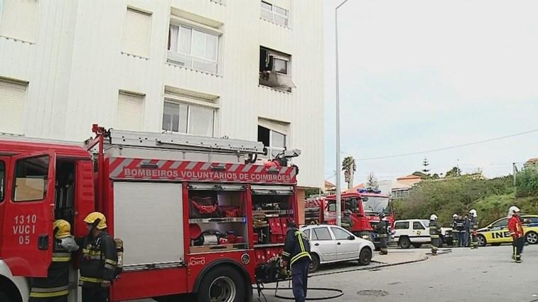 Prédio de quatro andares evacuado — Incêndio em Gaia